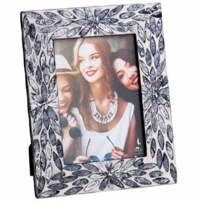 Portafotos fabricado en capizcolor beige y negro