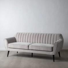 Sofá de terciopelo en color gris claro con 3 plazas