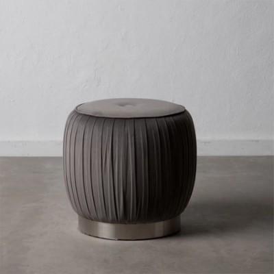 Puf de terciopelo en color gris con base metal y madera