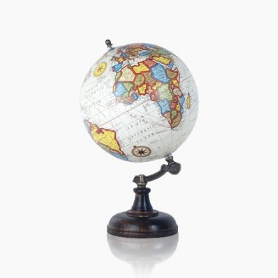 Globo del mundo en color blanco y madera oscura