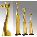 Set de tres figuras de jirafa de madera en color oro con brillo