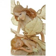 Figura de hada fabricada en resina con niño en brazos
