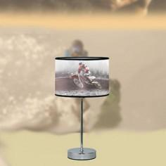 Lámpara de sobremesa moderna pantalla con motivo deportivo y cuerpo en cromo