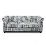 Sofá tres plazas tapizado patchwork blanco y negro estilo retro