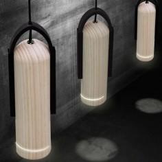 Lámpara colgante Tubular LED en madera natural y caucho negro