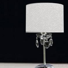 Lámpara de sobremesa en cromo con pantalla relieve blanca
