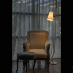 Pie de salón Lupe en cromo con pantalla textil de altura regulable