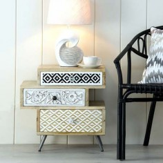 Mesita Eyra diseño irregular madera maciza tres cajones estampados
