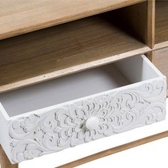 Mesa TV Blossom madera natural tres cajones con tallado blanco