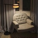 Pie salón LED regulable Loop en metal negro con pantalla de madera