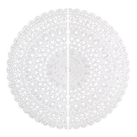 Decoracion de pared con un mandala de madera en blanco rozado, una de las tendencias más de moda para salones